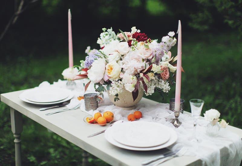 Cena festiva romántica para dos imagenes de archivo