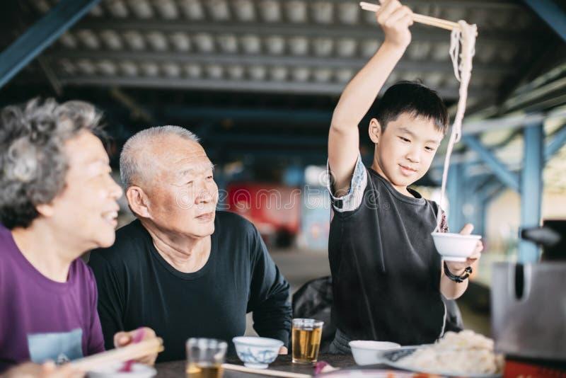 Cena grandiosa con su nieto en el restaurante imagen de archivo