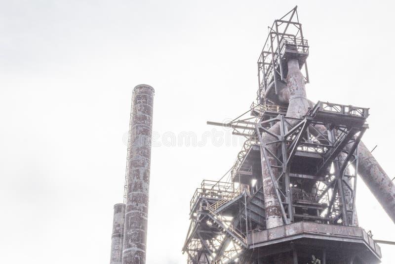 Cena industrial na manhã nevoenta com chaminés e complexo da indústria de aço fotos de stock royalty free