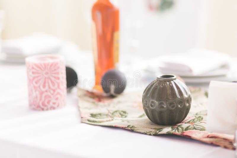 Cena interior home da tabela, vista dianteira, com elementos da decoração, o vaso redondo, as bolas da festão, as velas e cópia v fotos de stock