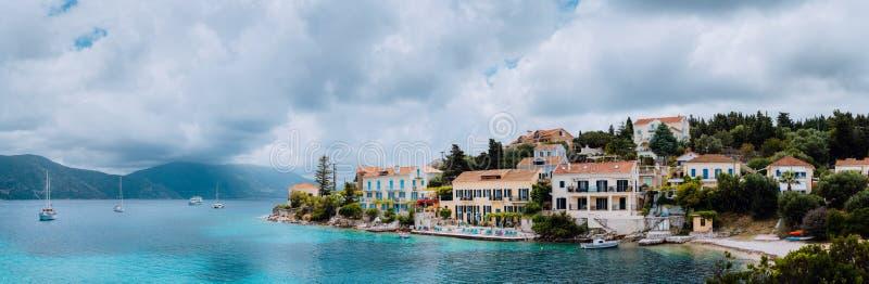 Cena magnífica da cidade de Fiskardo com praia de Zavalata Seascape do mar Ionian no dia nublado Cena tranquilo na ilha de Kefalo fotos de stock