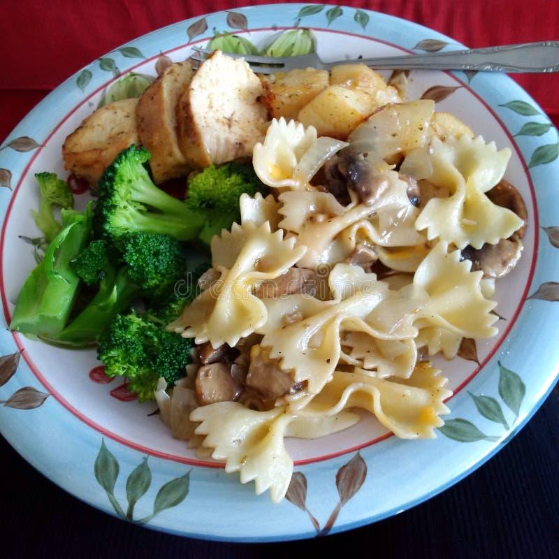 Cena marinata della pasta e del pollo fotografia stock libera da diritti