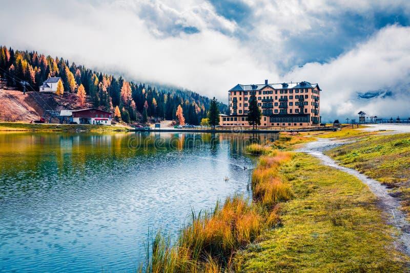 Cena matinal dramática do lago Misurina no Parque Nacional Tre Cime di Lavaredo Grande cena do outono de Dolomite Alps, Tirol do  imagem de stock royalty free