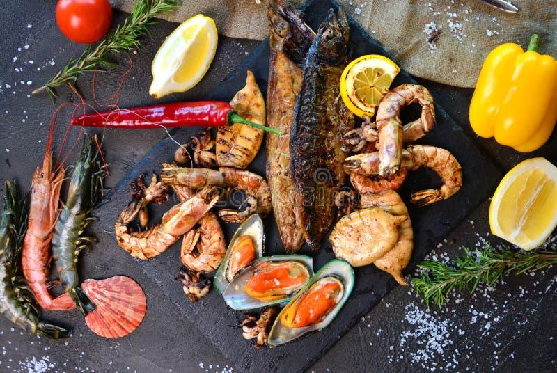 Cena mediterránea con los camarones, los mejillones, los calamares y los pescados asados a la parrilla fotos de archivo libres de regalías