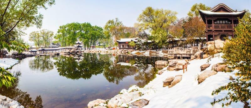 A cena-mola memorável do templo de Jinci (museu) seja coberta com a neve imagens de stock