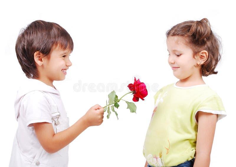 Cena muito bonito de duas crianças pequenas imagens de stock