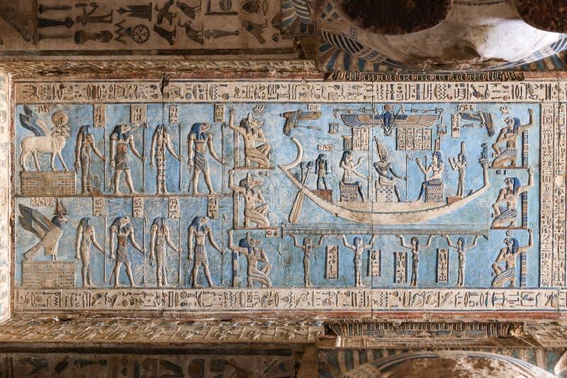 Cena no templo de Denderah, Qena, Egito imagem de stock