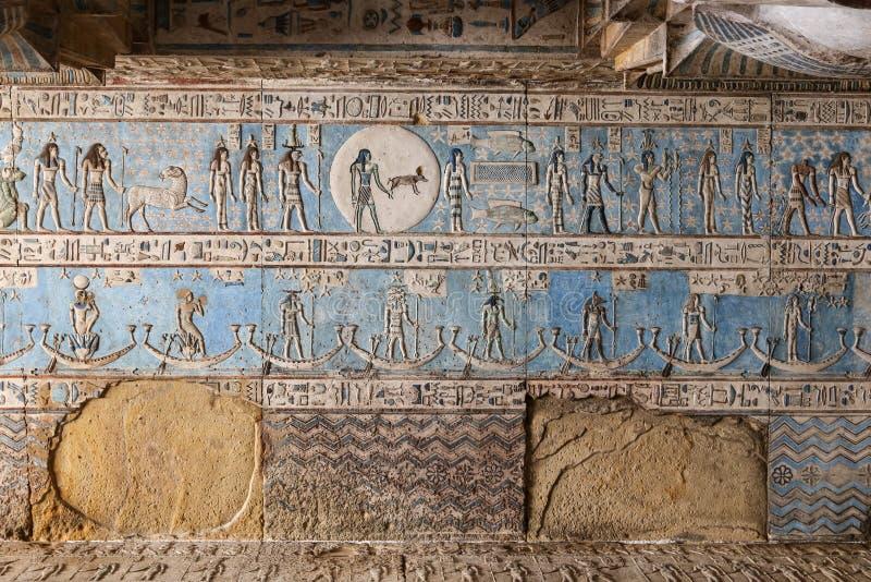Cena no templo de Denderah, Qena, Egito fotos de stock