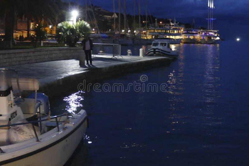 Cena noturna de pequenos barcos amarrados imagens de stock