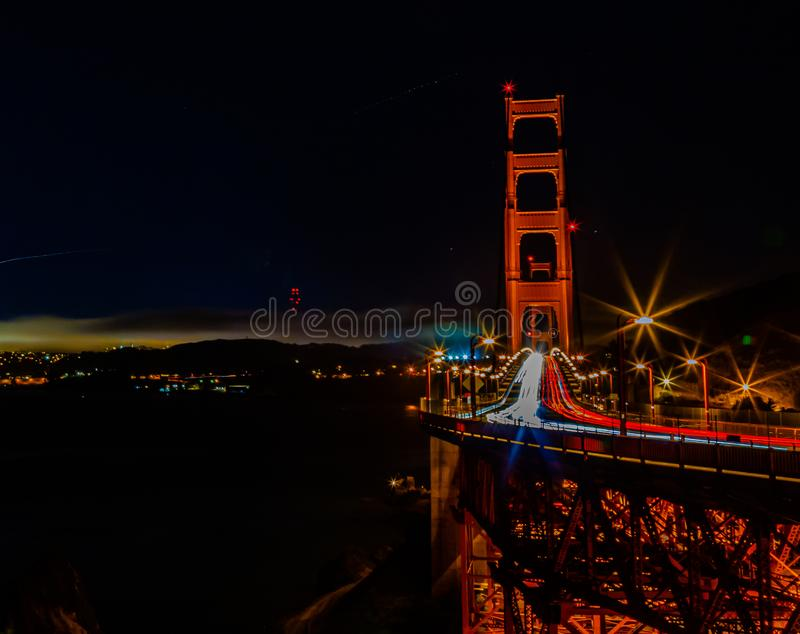 Cena noturna Golden Gate Bridge San Francisco California com carreiras de luzes imagem de stock royalty free