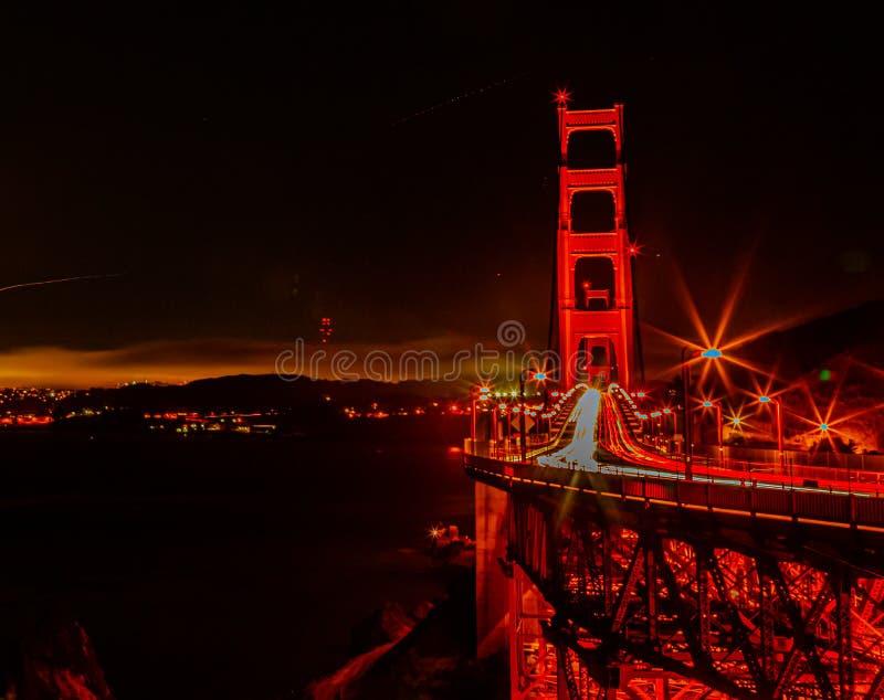 Cena noturna Golden Gate Bridge San Francisco California com carreiras de luzes fotos de stock royalty free