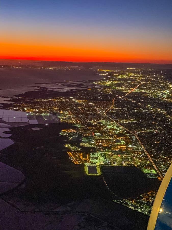 Cena noturna Vista aérea de uma cidade com um desenvolvimento belamente iluminado foto de stock
