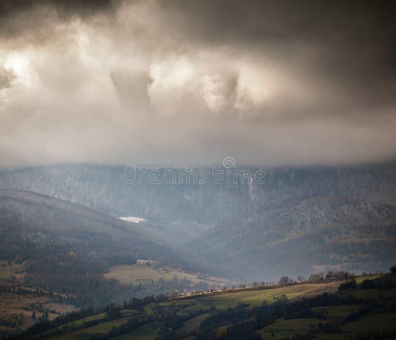 Cena nublado em montanhas nebulosas Autumn Rain imagens de stock royalty free