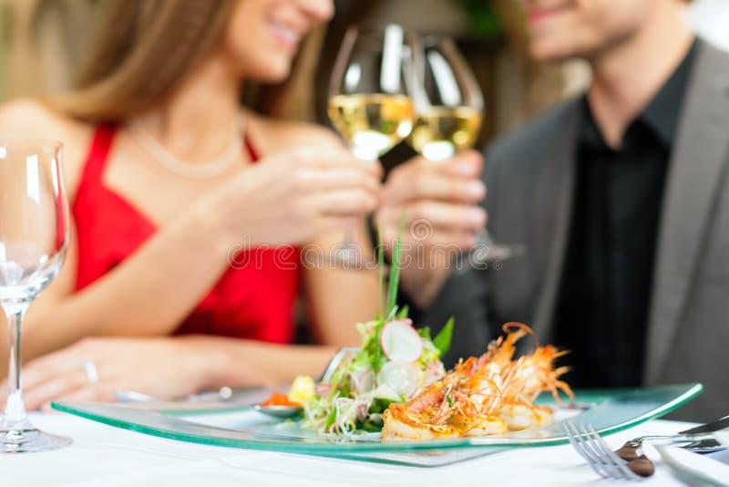 Cena o almuerzo en restaurante imagen de archivo