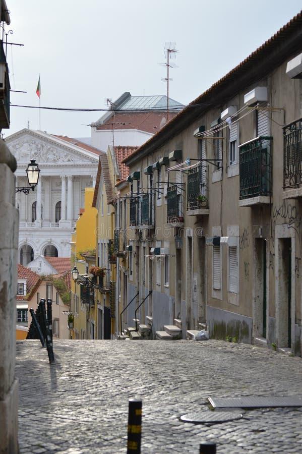 Cena pitoresca do cruzamento de Pixeira no quarto boêmio alto com vistas do palácio do conjunto da república em Lisboa fotografia de stock