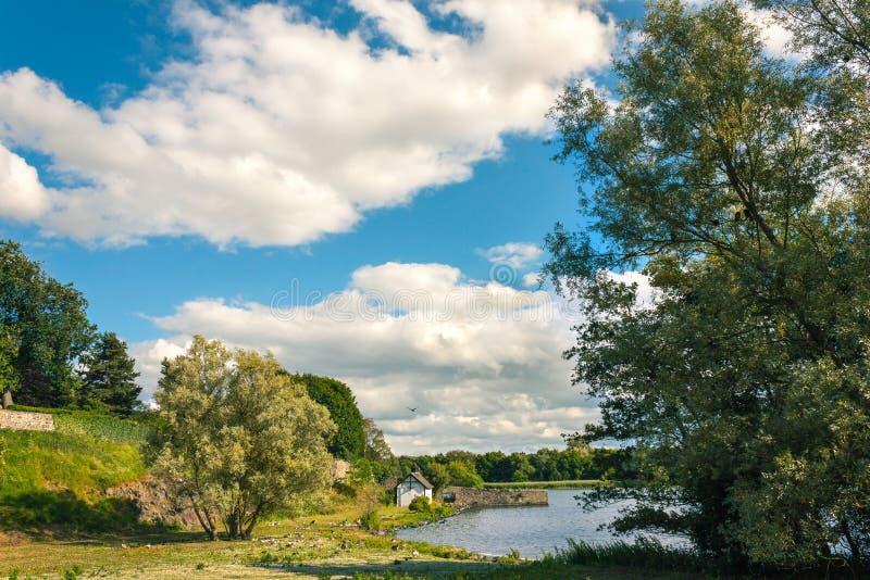 Cena pitoresca do lago Loch de Duddingston, Edimburgo, Escócia Reino Unido foto de stock royalty free