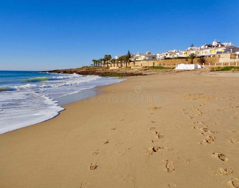 Cena portuguesa da praia do Algarve foto de stock