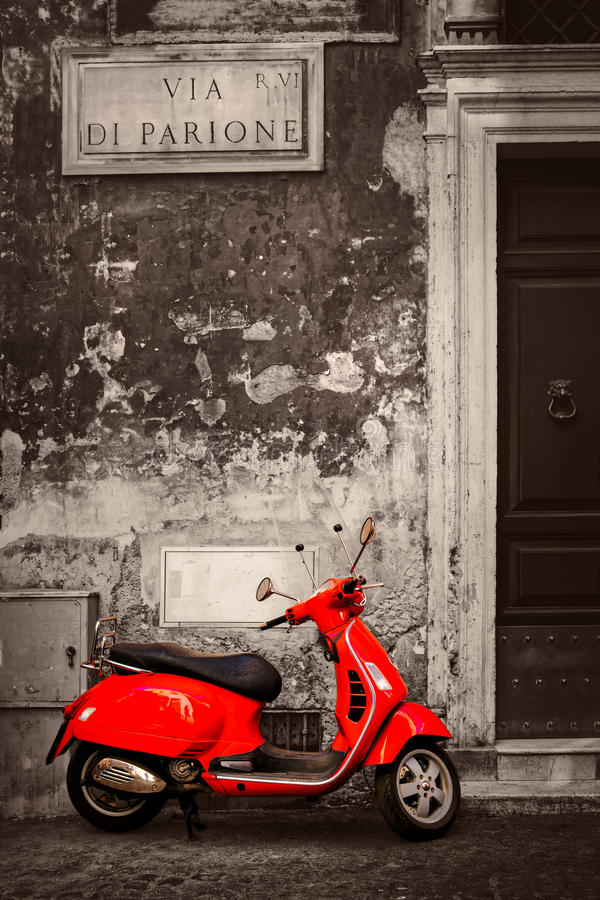 Cena preto e branco com um 'trotinette' vermelho em uma rua central de Roma fotografia de stock