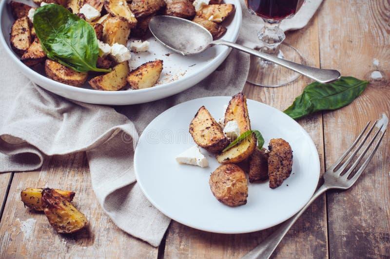 Cena rústica hecha en casa: un vidrio del vino y de una patata cocida imagenes de archivo