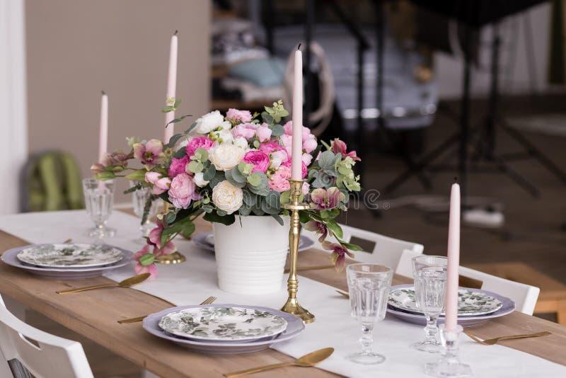 Cena romántica, ajuste festivo de la tabla fotografía de archivo libre de regalías