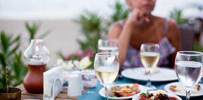 Cena romántica con el vino blanco foto de archivo