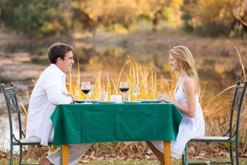 Cena romántica de los pares foto de archivo
