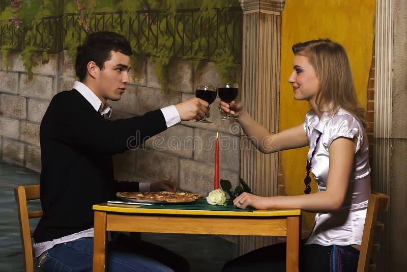 Cena romántica en pizzería imagenes de archivo