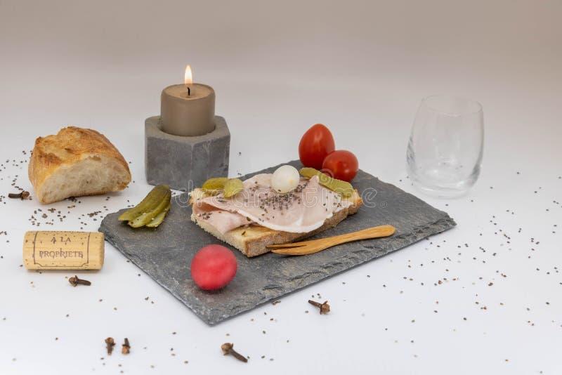 Cena romántica, platos elegantes, cena de la luz de una vela, aparato de TV romántico imagenes de archivo