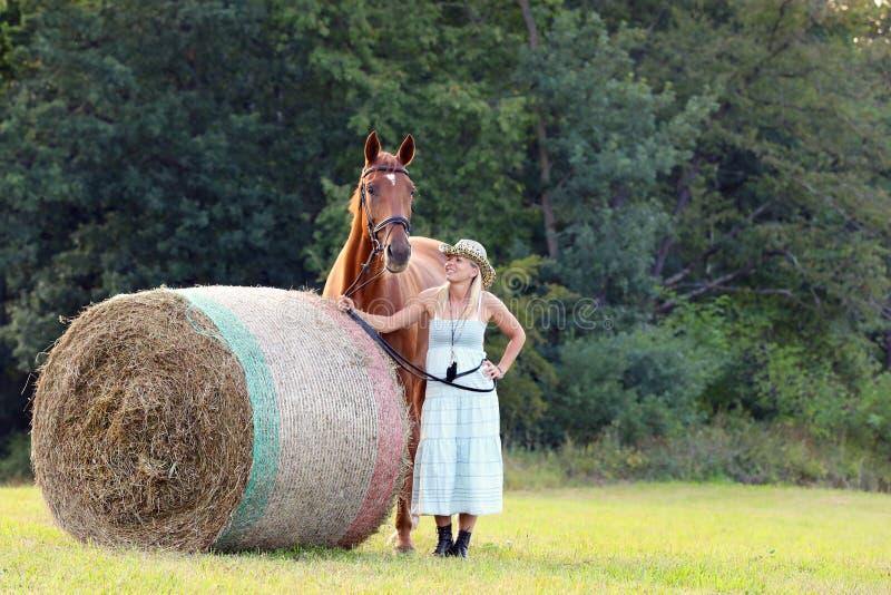 Cena romântica do verão com mulher e seu cavalo no prado fotos de stock