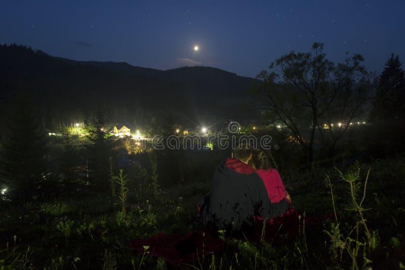 Cena romântica dos pares que olham lunar ou do eclipse da lua imagens de stock royalty free