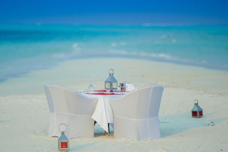 Cena romantica installata in spiaggia dell'atollo di Kaafu, fotografia stock libera da diritti