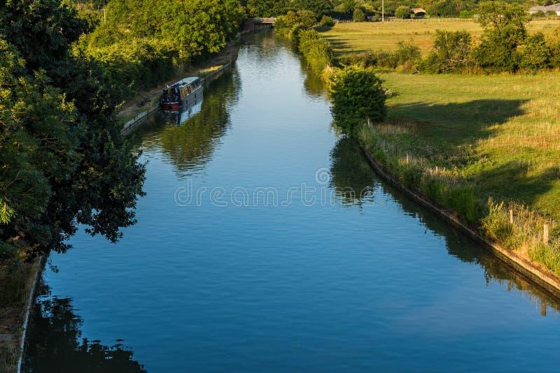 Cena rural britânica da paisagem da opinião do por do sol com o rio perto de Northampton fotos de stock