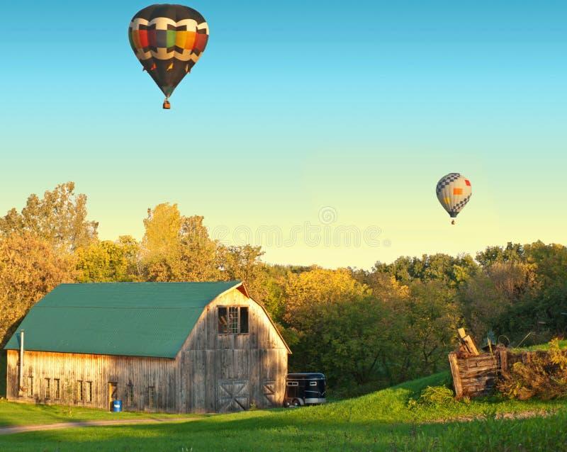 Cena rural do celeiro e dos balões imagem de stock