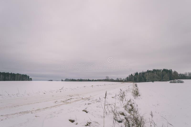 a cena rural do inverno com neve e branco coloca o efeito do vintage fotografia de stock