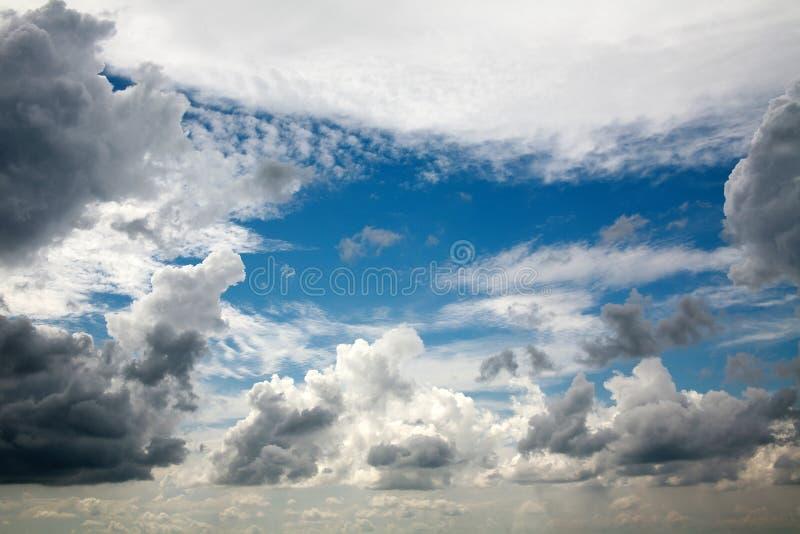 A cena sonhadora bonita do ar nubla-se no fundo do céu azul imagens de stock