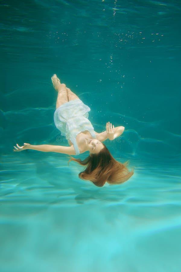 Cena subaquática Sereia da menina com o longo bonito brilhante saudável fotos de stock royalty free