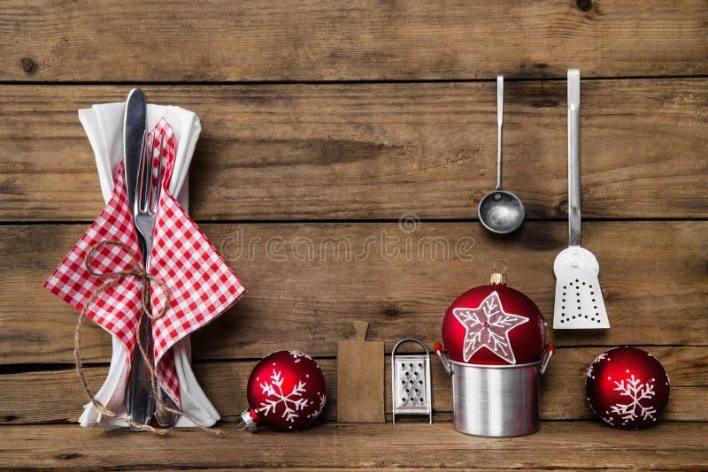 Cena sulla notte di Natale Vecchio fondo di legno con bianco rosso ch immagini stock libere da diritti