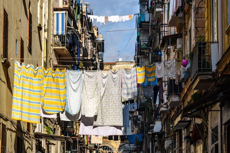 Cena típica da rua em Nápoles, Itália fotos de stock