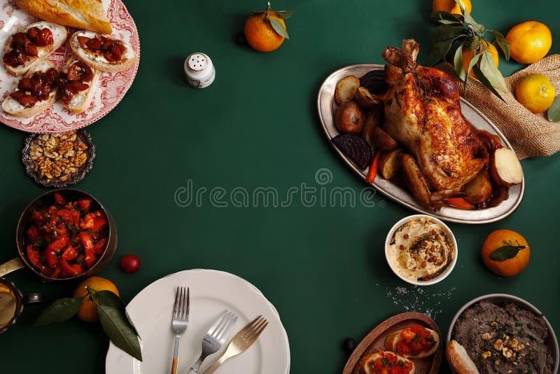 Cena tradicional con el pollo asado imagen de archivo