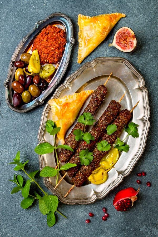 Cena tradicional medio-oriental Cocina árabe auténtica Comida del partido de Meze Kebab del cordero, sambusek, muhammara imagenes de archivo