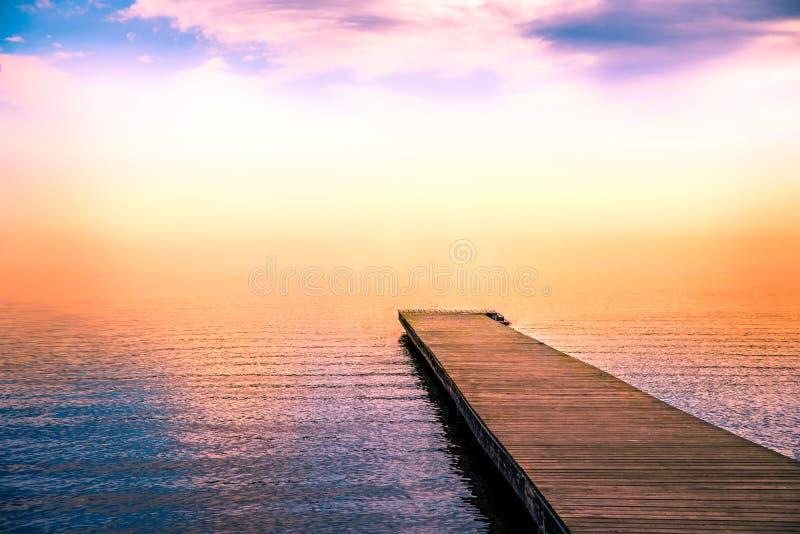 Cena tranquilo de um cais no mar com névoa foto de stock royalty free