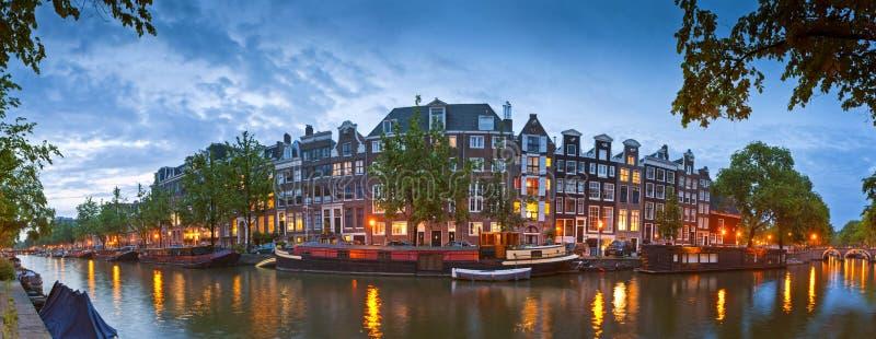 Cena tranquilo do canal de Amsterdão, Holanda imagens de stock