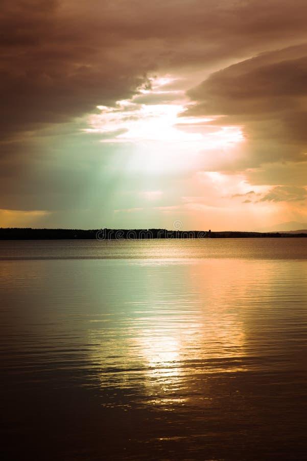 Cena tranquilo sobre o lago com céu bonito acima imagem de stock