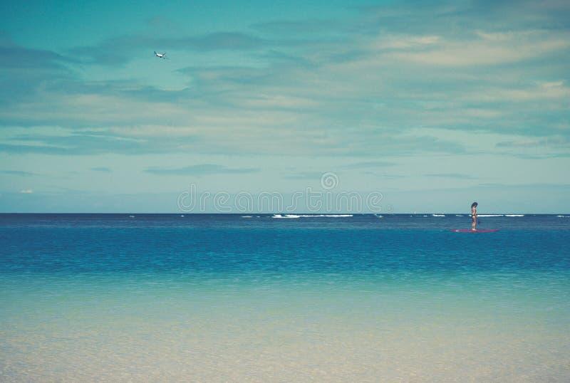 Cena tropical filtrada retro do oceano com Paddleboard e plano fotografia de stock royalty free