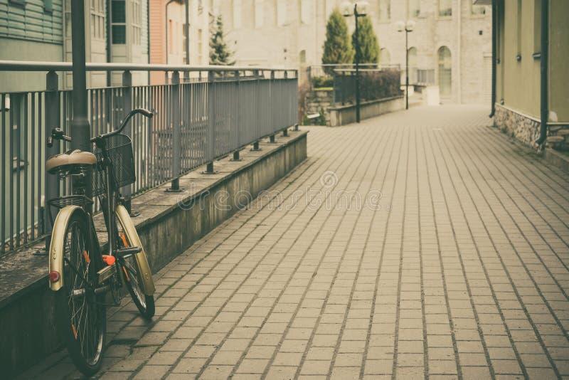 Cena urbana com bicicleta do vintage imagem de stock