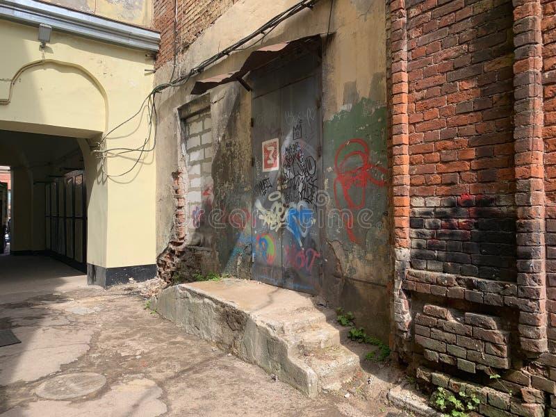 Cena urbana do Grunge com porta e grafittis fotografia de stock royalty free
