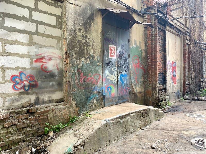 Cena urbana do Grunge com porta e grafittis foto de stock royalty free