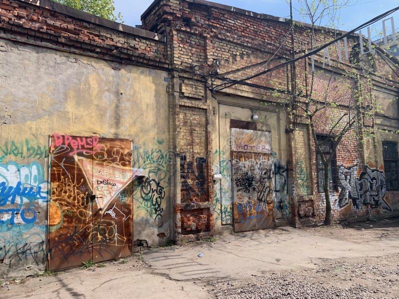 Cena urbana do Grunge com porta e grafittis fotos de stock royalty free