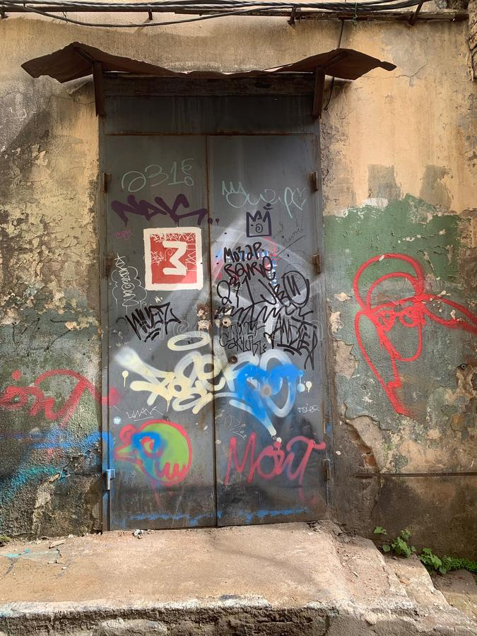 Cena urbana do Grunge com porta e grafittis imagem de stock royalty free