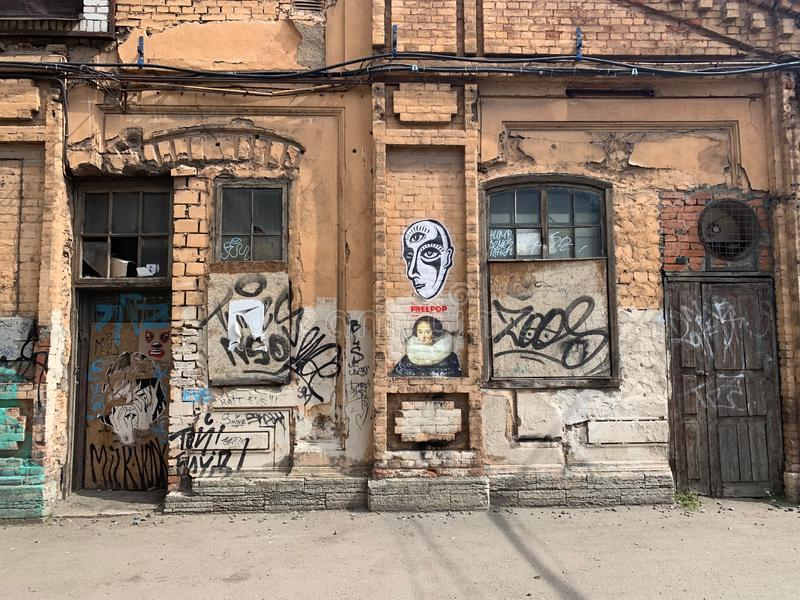 Cena urbana do Grunge com porta e grafittis imagem de stock